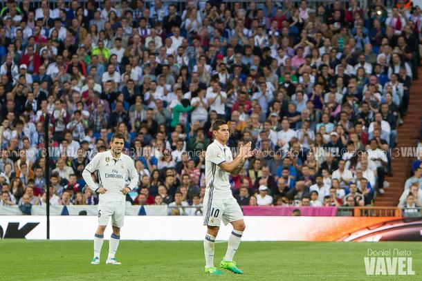 James sale ovacionado por el Bernabéu en el partido ante el Sevilla/ FOTOGRAFÍA: Daniel Nieto (VAVEL).