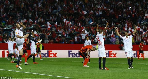 La gioia dei calciatori del Siviglia al triplice fischio contro lo Shakthar | Foto: Reuters
