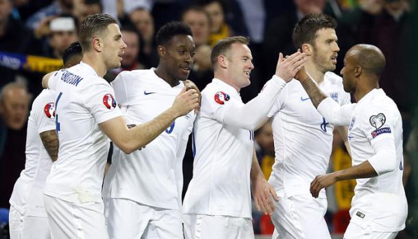 Tutti ad abbracciare Rooney. Fonte: LaPresse.