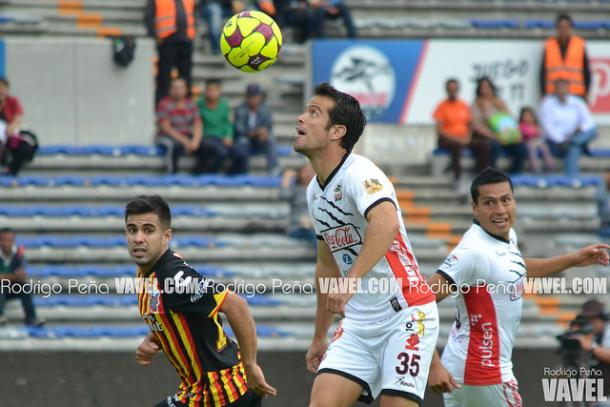Diego Campos controlando la pelota durante el duelo ante Leones Negros | Foto: Rodrigo Peña VAVEL