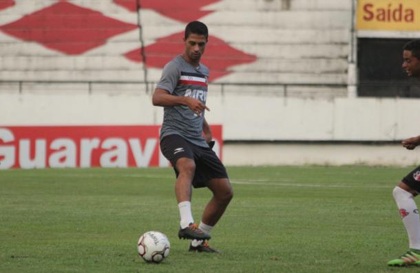 Ricardo Bueno, artilheiro coral no certame com quatro gols, é titular (Foto: Rodrigo Baltar/Santa Cruz)
