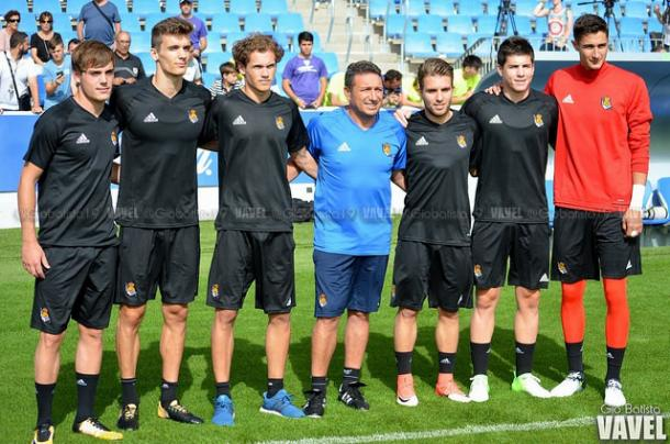 Los futbolistas que ascendieron del filial y el incorporado Llorente, fotografiándose con Eusebio. Foto: Giovanni Batista / VAVEL