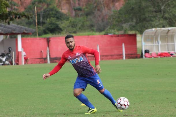 Diego Miranda é o mais cotado para ganhar vaga no meio-campo alvirrubro (Foto: Léo Lemos/Náutico)