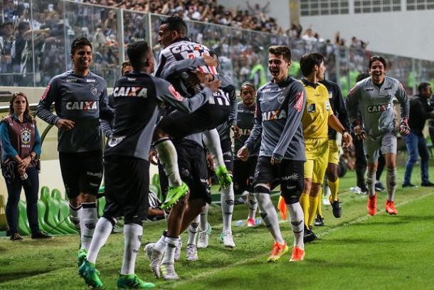 Jogadores comemoram com Otero o gol que o venezuelano marcou contra o Paraná (Foto: Bruno Cantini/Atlético-MG)