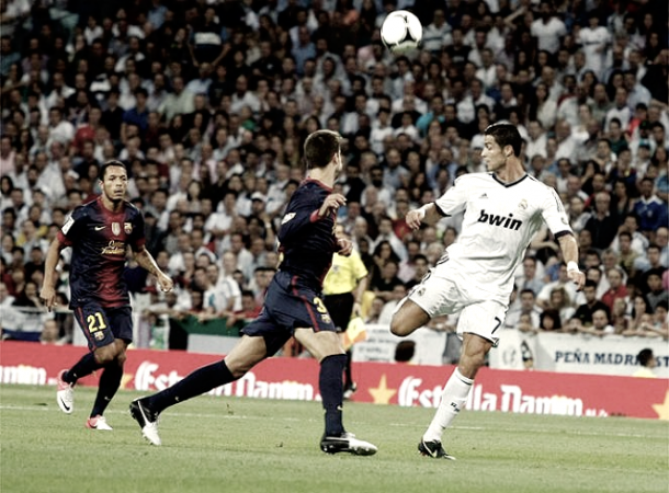 Cristiano Ronaldo regateando a Gerard Piqué | Foto: Página web Real Madrid