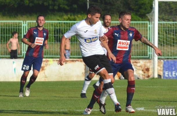 Rubén Peña, pugnando por un balón ante un jugador del Real Unión   Imagen: Gio Batista - VAVEL
