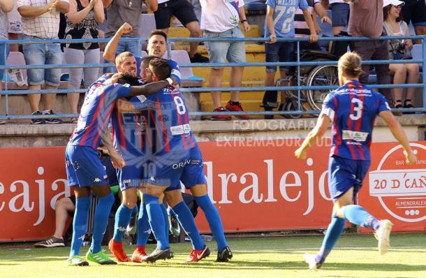 Jugadores celebrando un gol   Fotografía: Extremadura UD