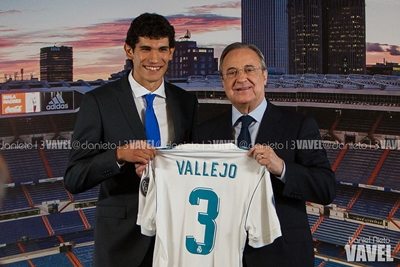 Jesús Vallejo presenta su camiseta con dorsal y nombre junto a Florentino I Foto: Daniel Nieto (VAVEL)