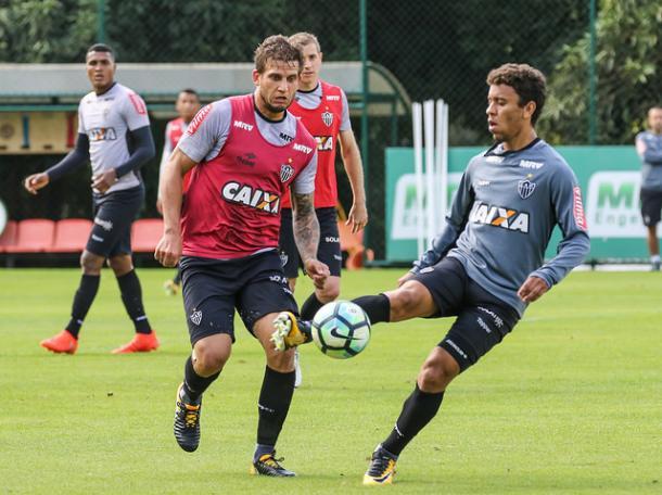 Marcos Rocha (à dir.) não joga desde o início de junho (Foto: Bruno Cantini/Atlético-MG)