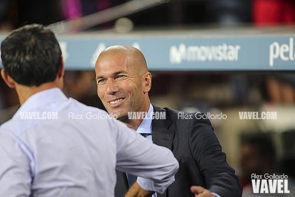 Ernesto Valverde y Zinedine Zidane se saludan al comienzo del partido | Foto: VAVEL