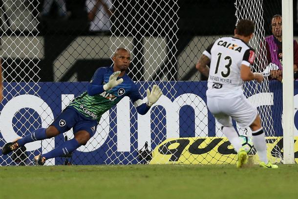 Defesa do pênalti que abriria a vantagem do Atlético-MG (Foto: Vítor Silva/SSPress/Botafogo)