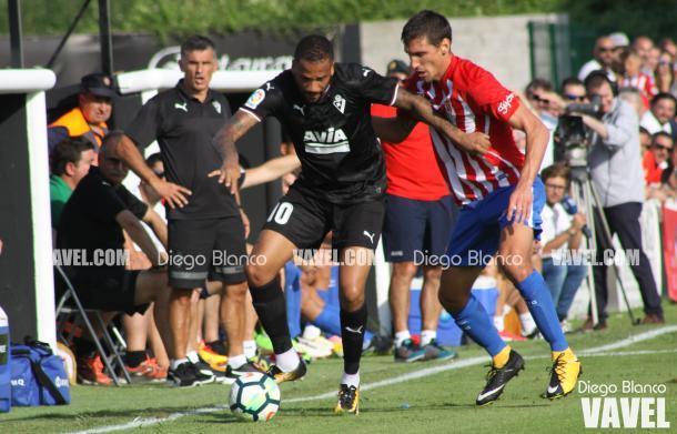 Un instante del partido entre el Eibar y el Sporting   Imagen: Diego Blanco - VAVEL
