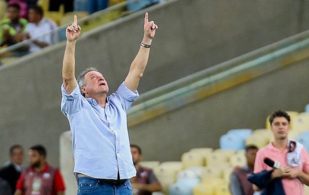 Destaque da noite, Abel comemorou a vitória apontando para o céu (Foto: Lucas Merçon/Fluminense FC)
