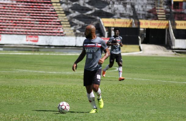 Lateral-esquerdo Tiago Costa entrou durante a atividade e tenta recuperar titularidade (Foto: Rodrigo Baltar/Santa Cruz)