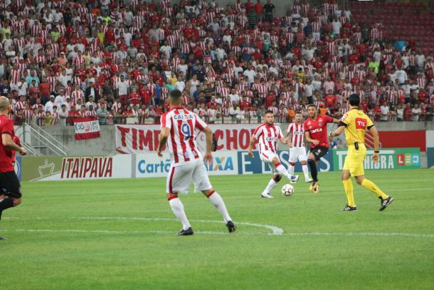 Meia-atacante alvirrubro esteve em campo na vitória sobre o Brasil na Arena (Foto: Léo Lemos/Náutico)