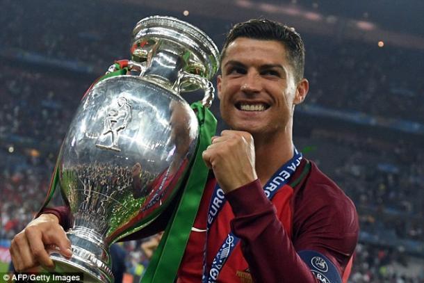 Ronaldo in posa con la Coppa di Euro 2016 | Foto: AFP/GettyImages