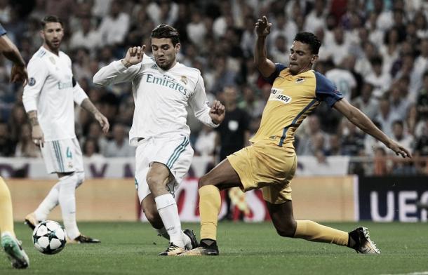 Kovacic luchando el esférico contra un jugador del Apoel de Nicosia   Foto: Real Madrid