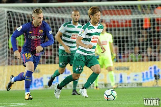 Inui conduce el balón ante la persecución de Deulofeu en el partido contra el Barça I Foto: Ernesto Aradilla (VAVEL)