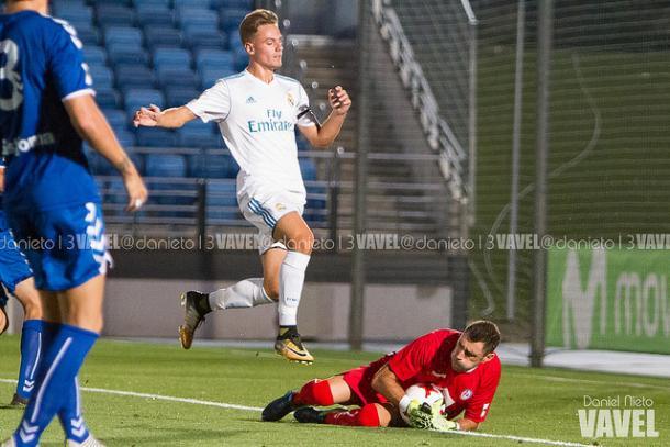 Basilio atajando un balón frente al Real Madrid B | Foto: Dani Nieto (VAVEL)