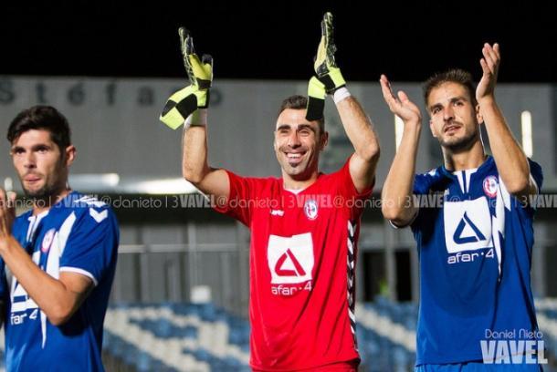 Los jugadores del Rayo Majadahonda aplaudiendo a su afición | Foto: Dani Nieto (VAVEL)