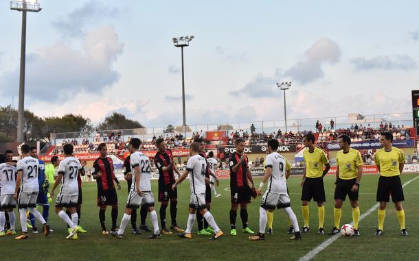 Los jugadores de Reus y Sporting antes del partido de Copa del Rey   Foto: CF Reus