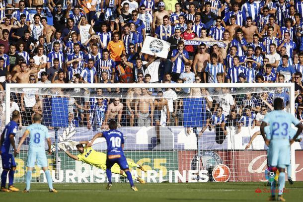Momento en el que Fernando Pacheco detiene el penalti  |  Fotografía: La Liga