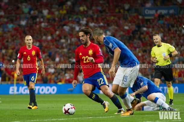 Isco regatea a dos futbolistas italianos ante la atenta mirada de Iniesta y el colegiado I Foto: Daniel Nieto (VAVEL)