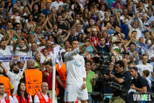 Cristiano Ronaldo celebra un gol señalando al frente
