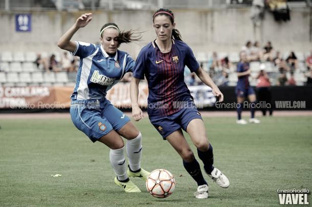 Aitana Bonmatí, campeona de Europa con la Sub-19 jugando el balón. Foto: Ernesto Aradilla, VAVEL.com