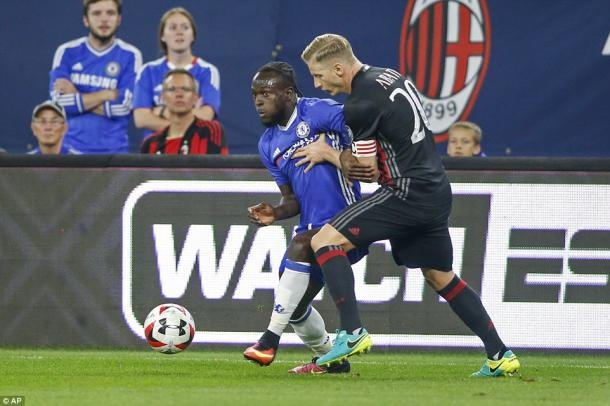 Ignazio Abate defends Victor Moses in Milan's 3-1 loss to Chelsea in the ICC. | Photo: AP