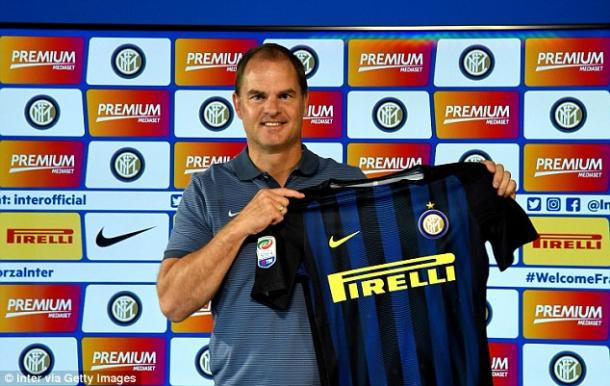 De Boer holds the Inter jersey at his unveiling | Photo: inter.it