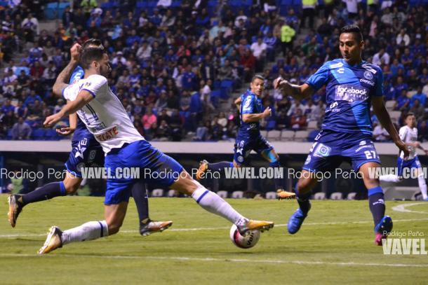 Edgar Méndez y Hugo Rodríguez durante el anterior encuentro entre Cruz Azul y Puebla I Foto: Rodrigo Peña (VAVEL)