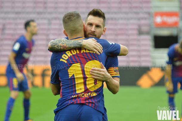 Jordi Alba y Messi se abrazan antes del choque a puerta cerrada con la UD Las Palmas   Foto: Noelia Déniz - VAVEL