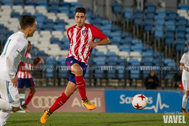 Toni Moya (Atleti) pasando un balón | Foto: Dani Nieto (VAVEL)