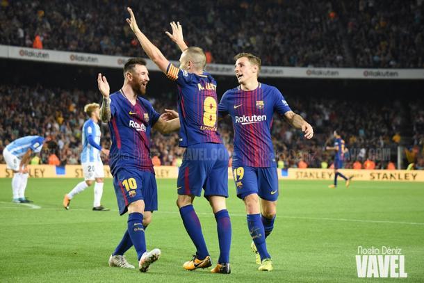 El centrocampista manchego celebra su único tanto de este 2017 con Leo Messi y Digne | Foto: Noelia Déniz - VAVEL