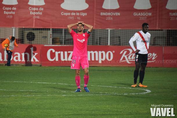 Carlos Caballero lamentándose frente al Sevilla Atlético | Foto: Miguel Guerrero (Vavel)