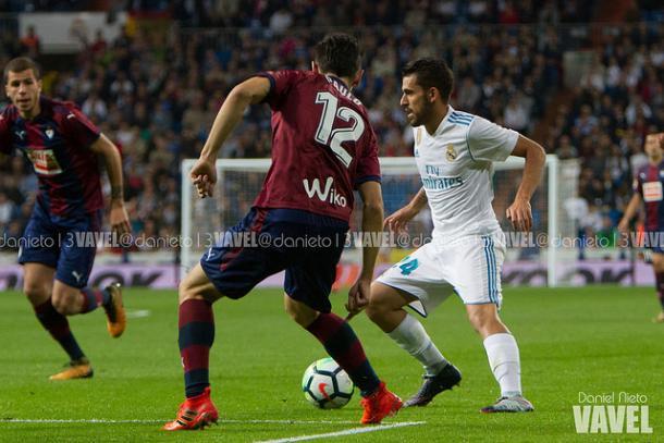Ceballos encara a un rival | Daniel Nieto (VAVEL)