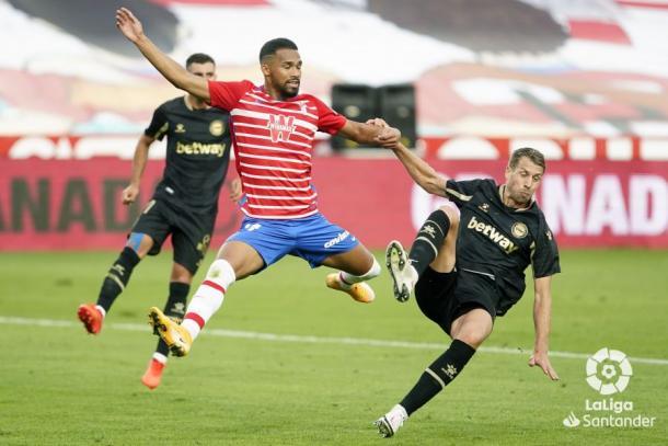El Alavés trata de evitar el gol de Herrera. Fuente: LaLiga