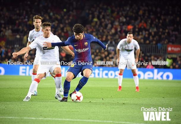 Aleñá disputando un partido con el primer equipo en el Camp Nou. Foto: Noelia Déniz, VAVEL.com