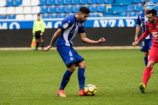 Guillermo Maripán, en un lance de un partido, con la camiseta del Deportivo Alavés. Fuente: deportivoalaves.com