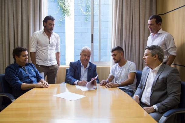 Cruzeiro anuncia renovação de contrato com meia até o fim de 2021