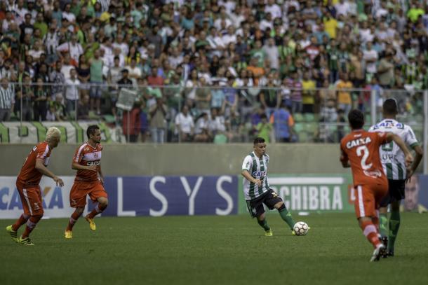 Ruy acertou o travessão na reta final do primeiro tempo (Foto: Mourão Panda/América-MG)