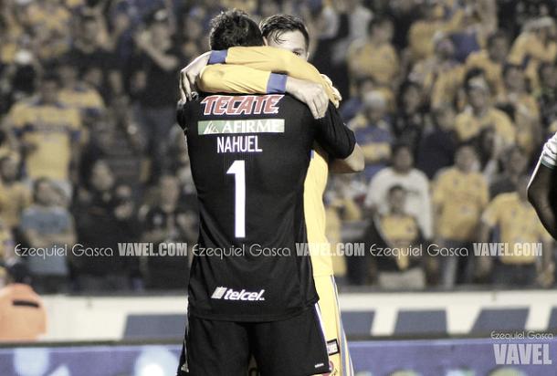 Nahuel celebrando con Andre una atajada. | Foto: Vavel