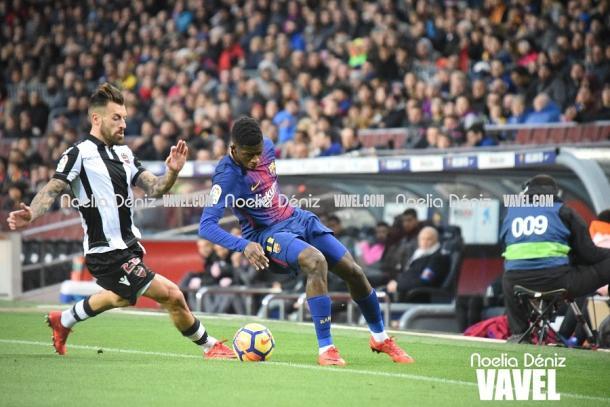 Dembélé aguanta el balón ante la presión de un rival. Foto: Noelia Déniz, VAVEL.com
