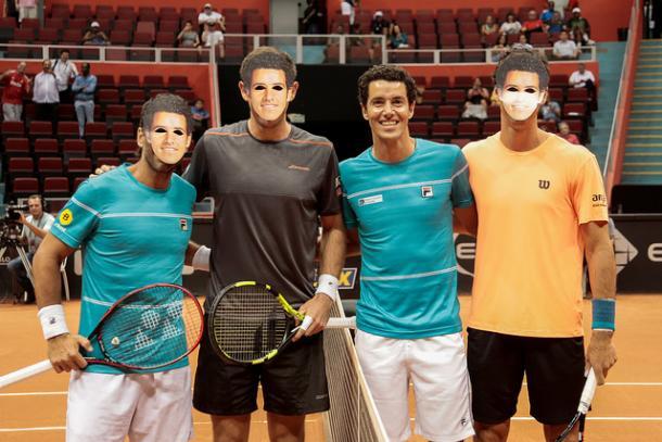 Adversários posam para fotos com máscaras de homenagem (Foto: Marcello Zambrana DGW Comunicação)