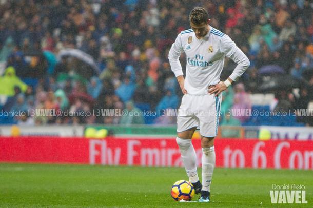 Cristiano Ronaldo mirando hacia el césped tras otra derrota del equipo en casa I Foto: Daniel Nieto (VAVEL)