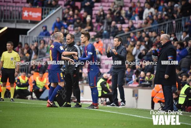 Andrés Iniesta fue sustituido por Denis Suárez contra el Celta de Vigo por lesión, la última del 2017 | Foto: Noelia Déniz - VAVEL
