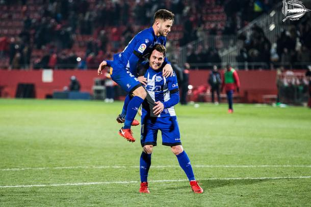 Medrán y Ibai celebrando la victoria en Girona. Fotografía: Deportivo Alavés