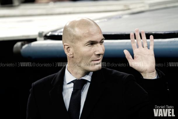 Zinedine Zidane saludando a la afición blanca | Foto: VAVEL