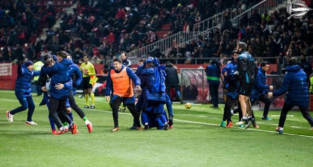 El banquillo del Deportivo Alavés celebrando el último gol de Ibai. Fotografía: Deportivo Alavés
